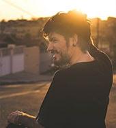 Foto ilustrativa de um homem sorrindo