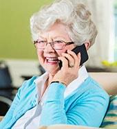 Foto ilustrativa de uma idosa conversando ao telefone | Psicóloga em Santos – Joyce Mello