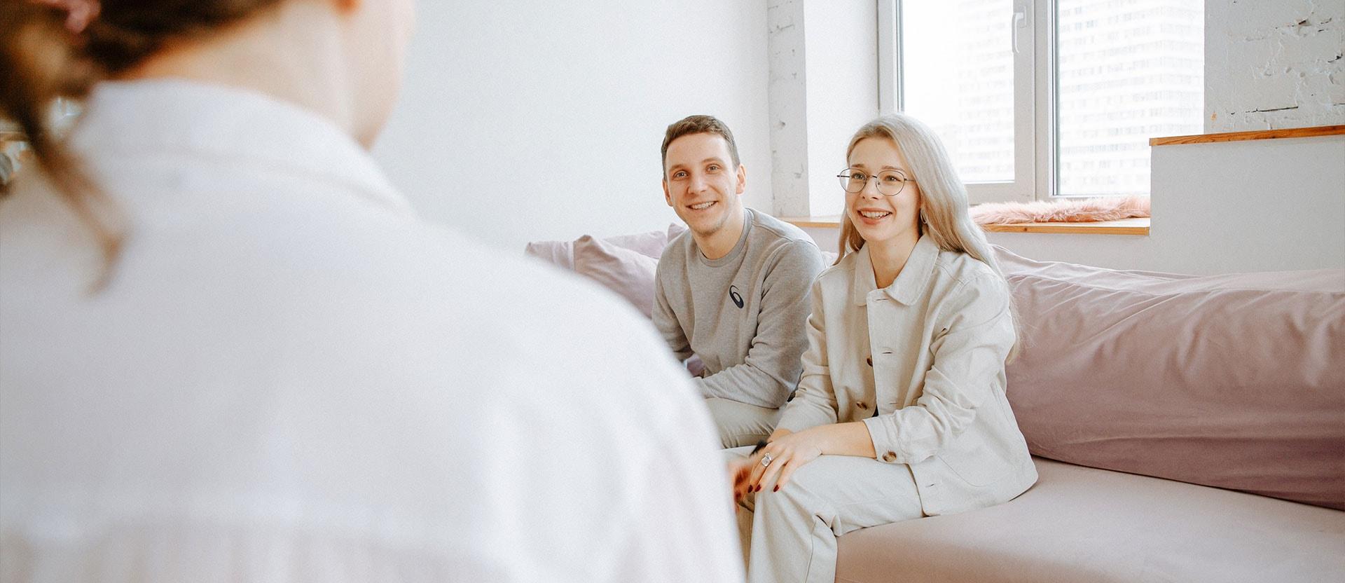 Foto ilustrativa de um casal na terapia