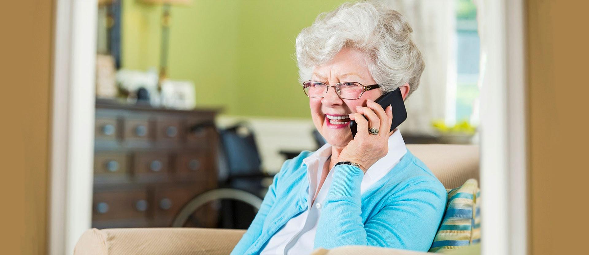 Foto ilustrativa de uma idosa ao telefone